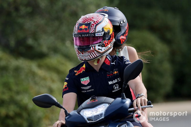 Pierre Gasly, Red Bull Racing, en un scooter con su novia Caterina Masetti Zannini