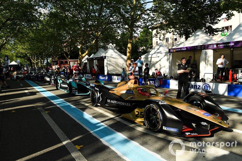 Jean-Eric Vergne, DS TECHEETAH, DS E-Tense FE19 waits ahead of Mitch Evans, Panasonic Jaguar Racing, Jaguar I-Type 3 in the pit lane