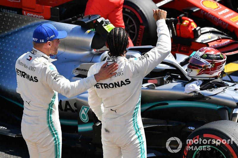 Valtteri Bottas, Mercedes AMG F1, félicite Lewis Hamilton, Mercedes AMG F1, pour sa pole position