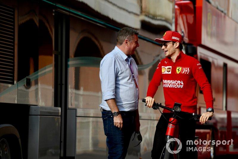 Charles Leclerc, Ferrari sulla sua bici mentre parla con David Croft, Sky TV