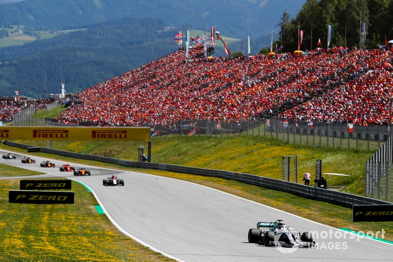 Lewis Hamilton, Mercedes AMG F1 W10, devant Kimi Raikkonen, Alfa Romeo Racing C38, et Lando Norris, McLaren MCL34