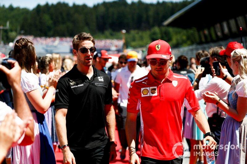 Romain Grosjean, Haas F1, e Charles Leclerc, Ferrari, alla parata dei piloti
