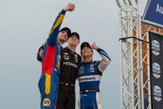 Alexander Rossi, segundo lugar, Andretti Autosport Honda, se toma un selfie con el ganador Josef Newgarden, el equipo Penske Chevrolet y el tercer lugar Takuma Sato, Rahal Letterman Lanigan Racing Honda