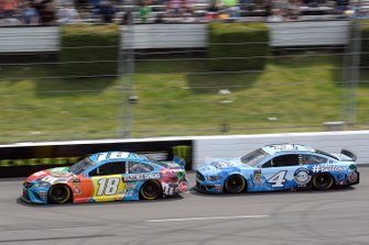 Kyle Busch, Joe Gibbs Racing, Toyota Camry M&M's Hazelnut, Kevin Harvick, Stewart-Haas Racing, Ford Mustang Busch Light Father's Day