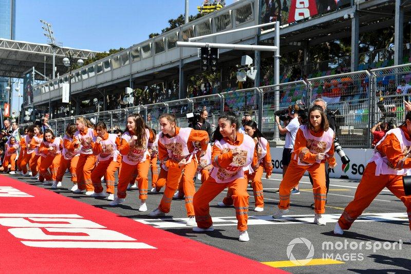 Antes do GP do Azerbaijão, uma demonstração de dança dos fiscais de pista agitou o grid