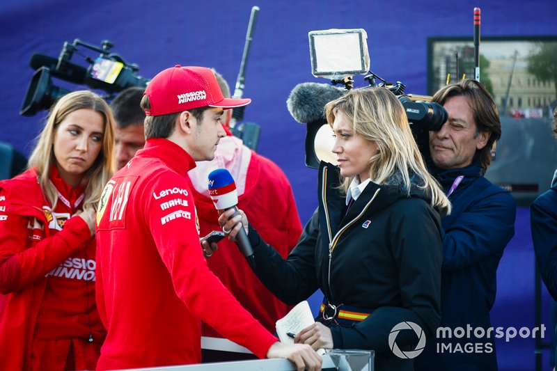 Charles Leclerc, Ferrari, parla con i media dopo l'incidente nelle Qualifiche
