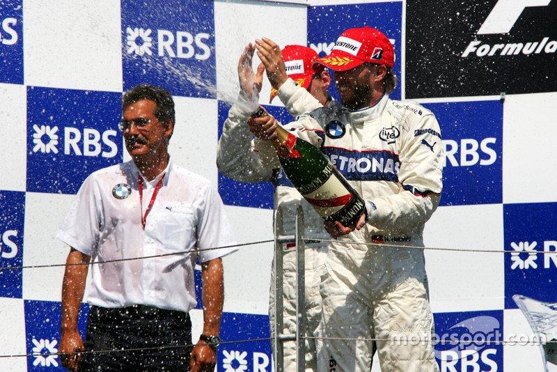 El ganador Robert Kubica, BMW Sauber F1 con el Dr. Mario Theissen, director del equipo BMW Sauber F1; Nick Heidfeld, BMW Sauber F1.