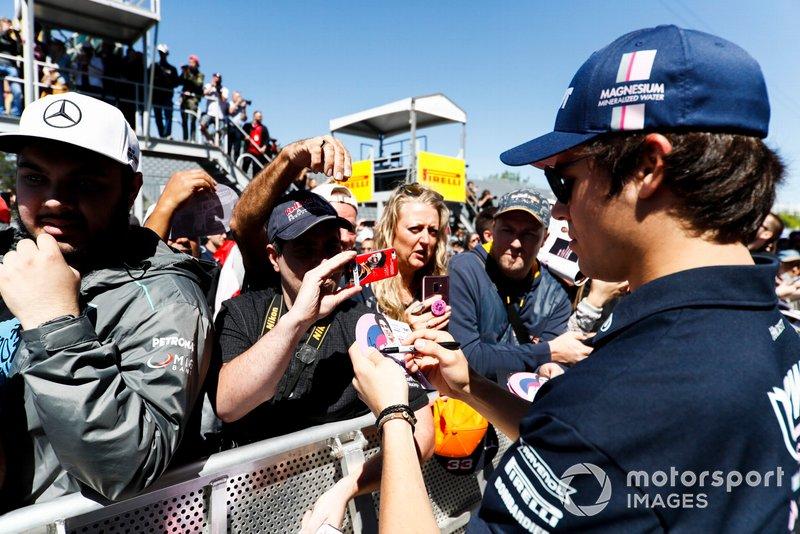 Lance Stroll, Racing Point firma un autografo ad un fan