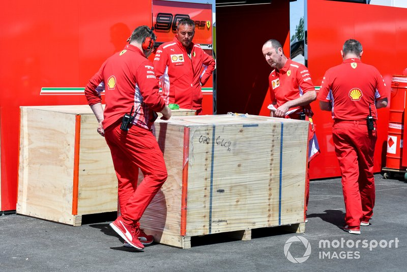 Mecánicos de Ferrari con una entrega