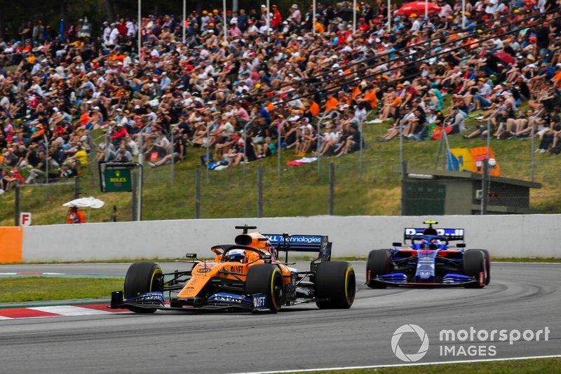 Carlos Sainz Jr., McLaren MCL34, devant Alexander Albon, Toro Rosso STR14