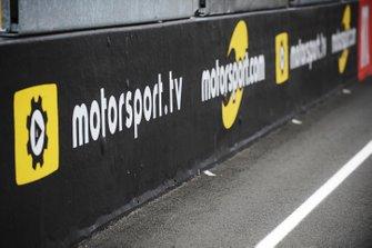 Anuncios de Motorsport.com y Motorsport.tv en la recta principal