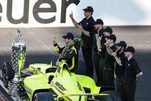 Simon Pagenaud, Team Penske Chevrolet pose pour les photos du vainqueur