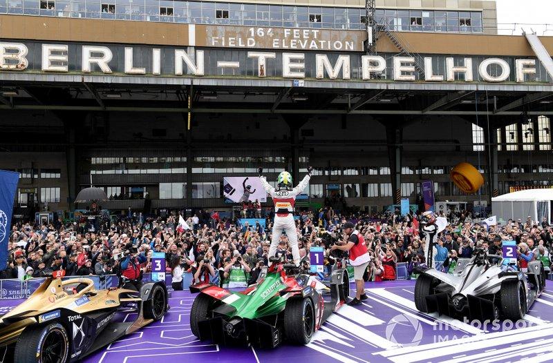 Lucas Di Grassi, Audi Sport ABT Schaeffler, vainqueur, sur sa Audi e-tron FE05, avec Sébastien Buemi, Nissan e.Dams, Nissan IMO1, Jean-Eric Vergne, DS TECHEETAH, DS E-Tense FE19