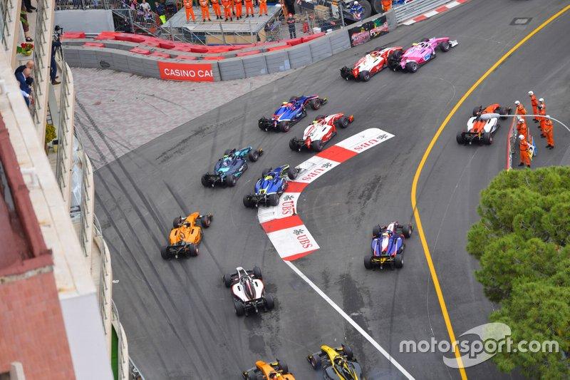 Sergio Sette Camara, Dams, Anthoine Hubert, Arden and Mick Schumacher, Prema Racing al principio, mientras Artem Markelov, MP Motorsport corta la chicane