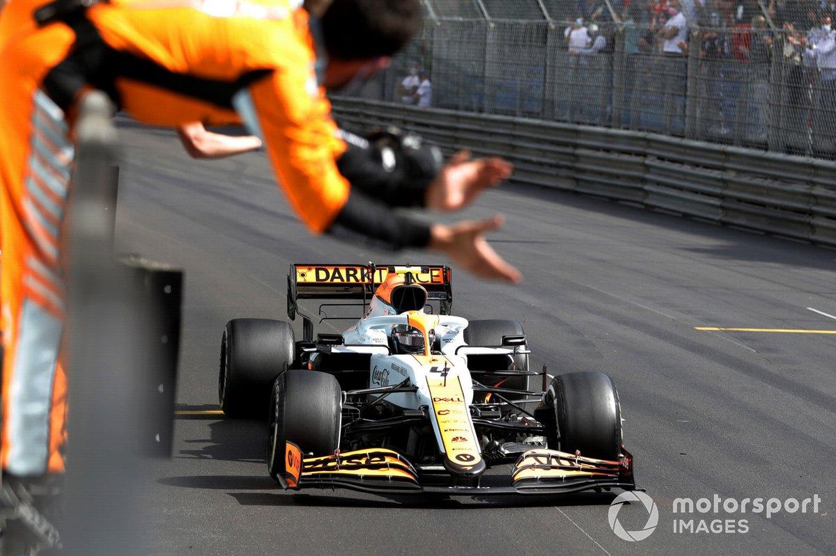 Lando Norris, McLaren MCL35M, 3ª posición, cruza la línea de meta entre los vítores de su equipo en el muro de boxes