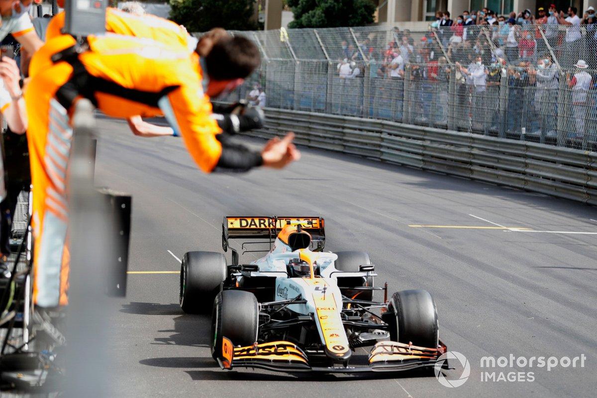 Lando Norris, McLaren MCL35M, 3ª posición, cruza la línea de meta para alegría de su equipo en el muro de boxes