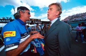 El presidente de la FIA, Max Mosley, habla con Flavio Briatore