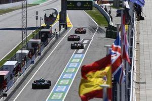 Carlos Sainz Jr., Ferrari SF21, Charles Leclerc, Ferrari SF21, Pierre Gasly, AlphaTauri AT02, e Sebastian Vettel, Aston Martin AMR21, fuori dal pit lane