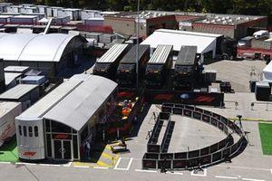 Camiones de F1 en el paddock