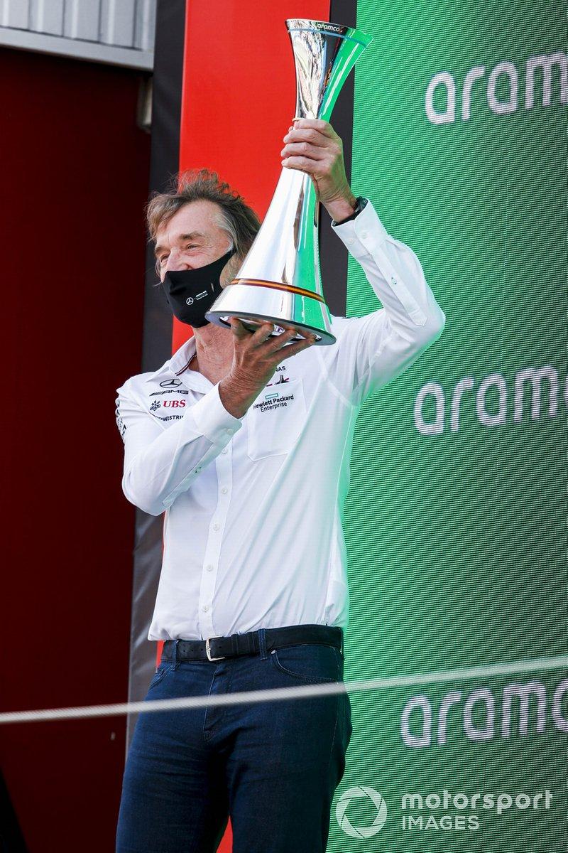 Miembro de Mercedes recoge el trofeo de Constructores