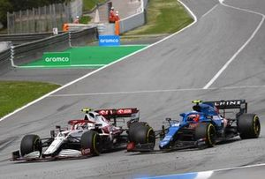 Antonio Giovinazzi, Alfa Romeo Racing C41, battles with Esteban Ocon, Alpine A521