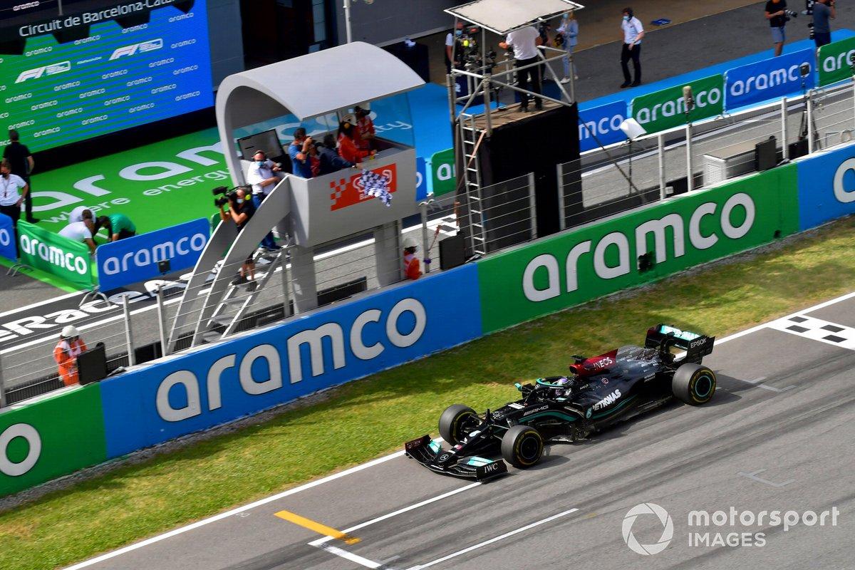 Lewis Hamilton, Mercedes W12, primera posición, cruza por la bandera a cuadros