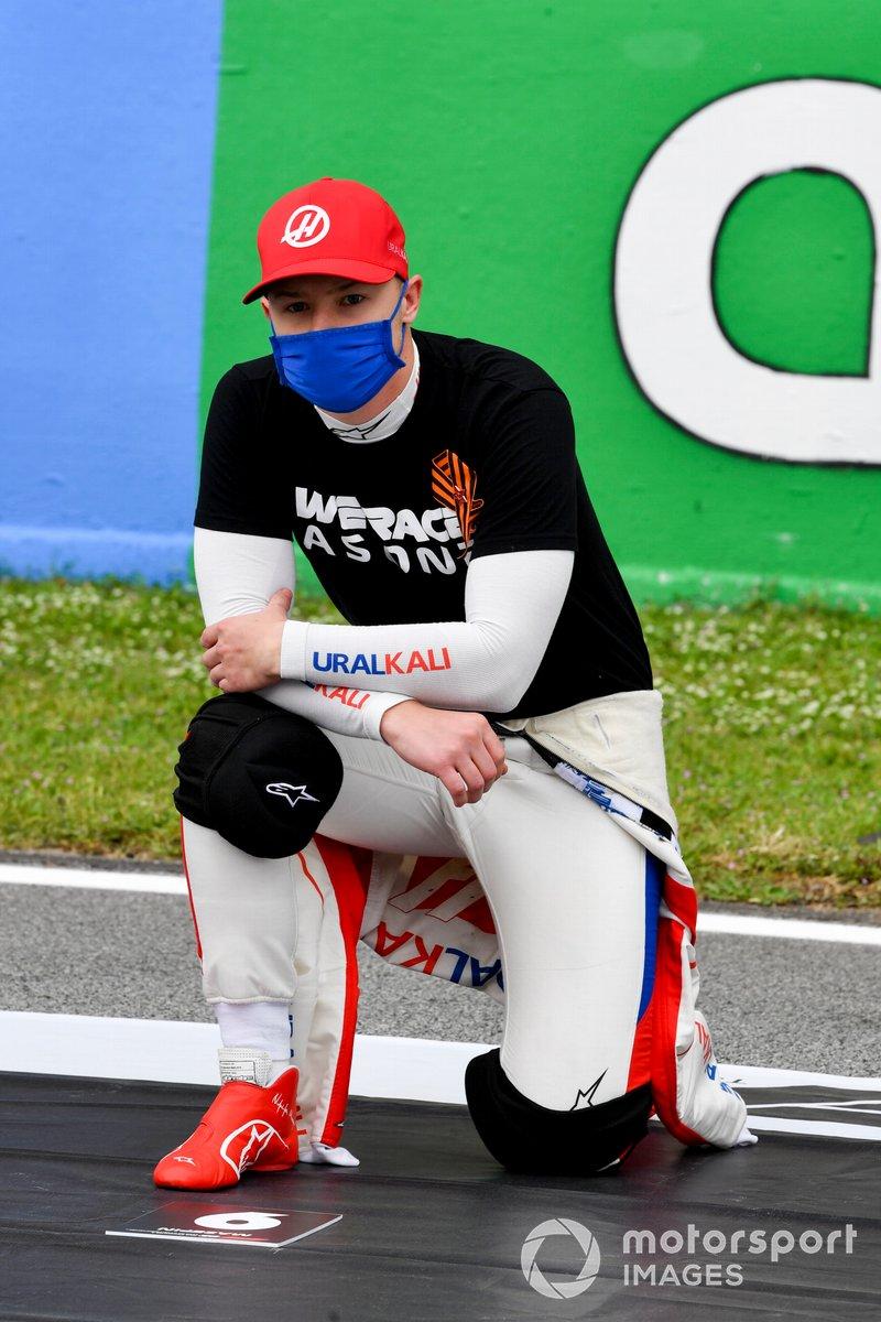 Nikita Mazepin, Haas F1, se arrodilla