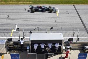 Valtteri Bottas, Mercedes W12, passe devant le muret des stands Mercedes