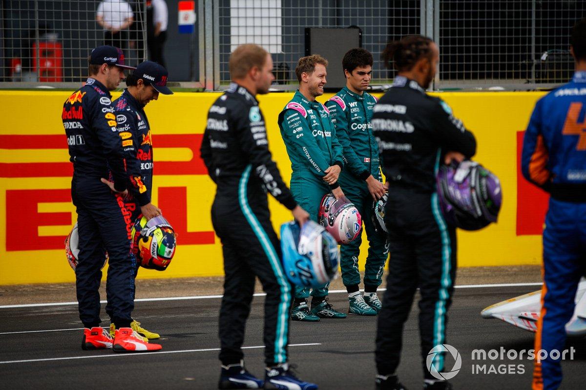 Max Verstappen, Red Bull Racing, Sergio Pérez, Red Bull Racing, Valtteri Bottas, Mercedes, Sebastian Vettel, Aston Martin, Lance Stroll, Aston Martin, Lewis Hamilton, Mercedes en el evento de lanzamiento del coche de Fórmula 1 de 2022 en la parrilla de Silverstone