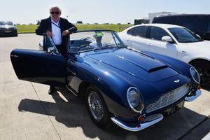 David Richards, presidente de Motorsport UK, con su Aston Martin DB6 Volante de 1969