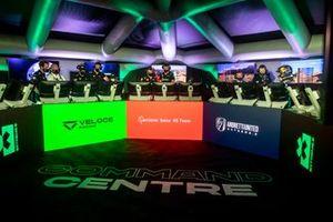 Des membres de Veloce Racing, Acciona | Sainz XE Team et Catie Munnings, Timmy Hansen, Andretti United Extreme E, dans le centre de commandement