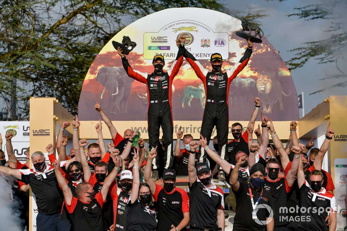 Sébastien Ogier, Julien Ingrassia, Toyota Gazoo Racing WRT Toyota Yaris WRC, avec des membres de son équipe