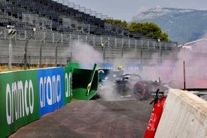 Sebastian Vettel, Aston Martin AMR21, colpisce le barriere dopo il testacoda durante la FP1