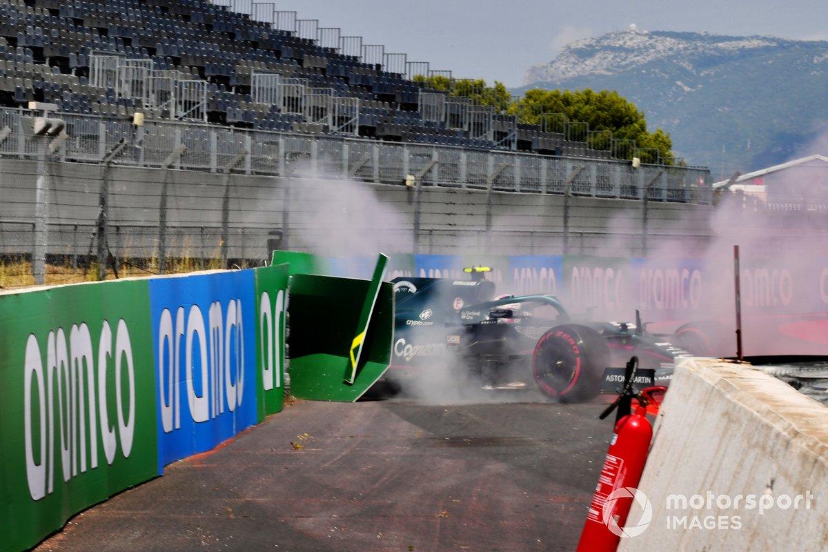 Sebastian Vettel, Aston Martin AMR21, choca contra una barrera tras hacer un trompo en la FP1