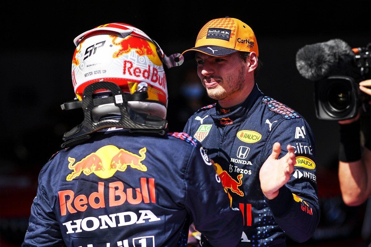Tercer puesto Sergio Pérez, Red Bull Racing, felicita al ganador de la pole Max Verstappen, Red Bull Racing, en Parc Ferme