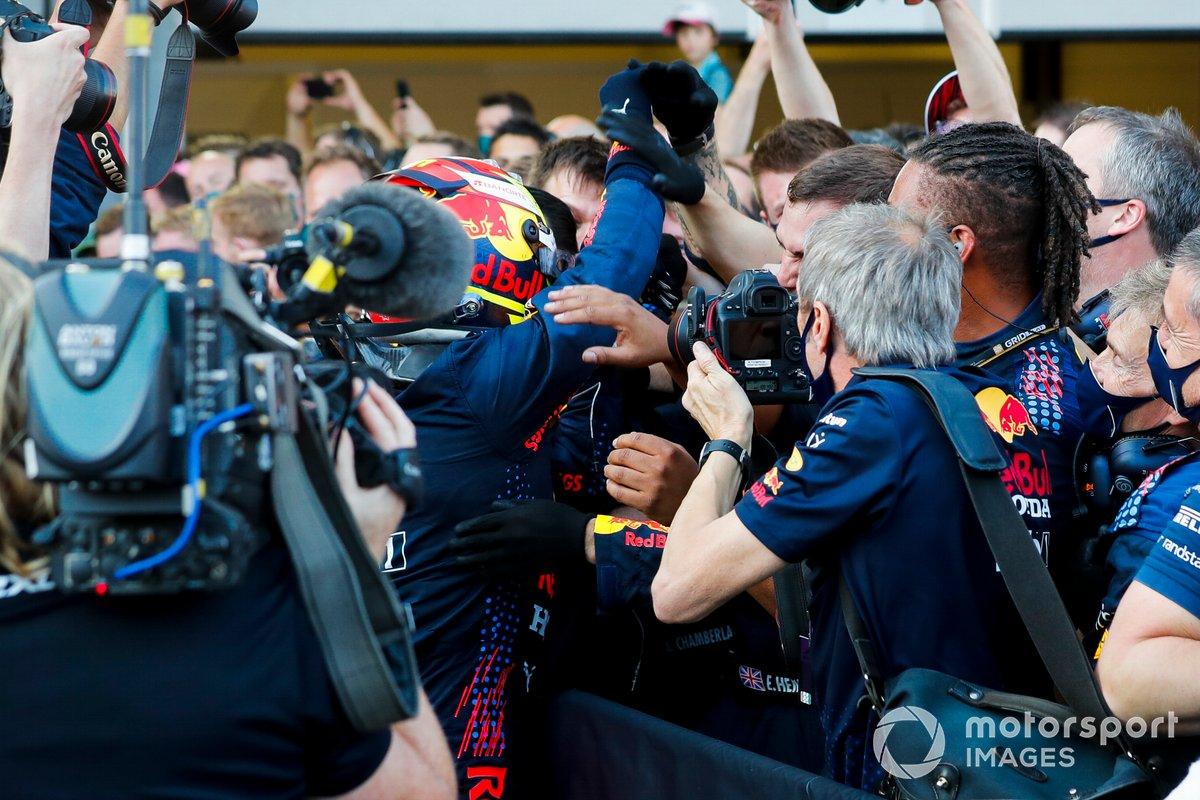 Sergio Pérez, Red Bull Racing, 1ª posición, celebra con su equipo en el Parc Ferme