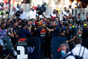 Sergio Perez, Red Bull Racing, célèbre sa victoire avec son équipe dans le Parc Fermé