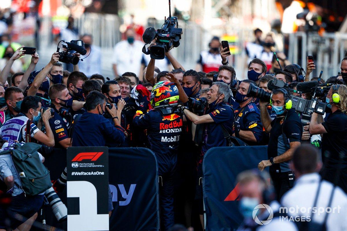 Ganador Sergio Pérez, Red Bull Racing, celebra en Parc Ferme con el equipo