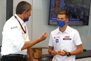 Гюнтер Штайнер, руководитель Haas F1, Мик Шумахер, Haas F1