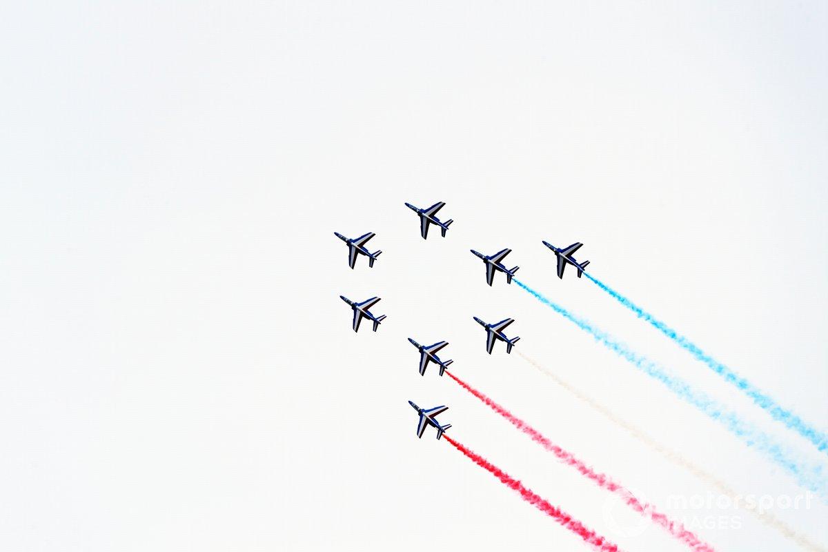 El equipo de exhibición del Armee de l'Air et Espace, La Patrouille de France, pasan por el circuito