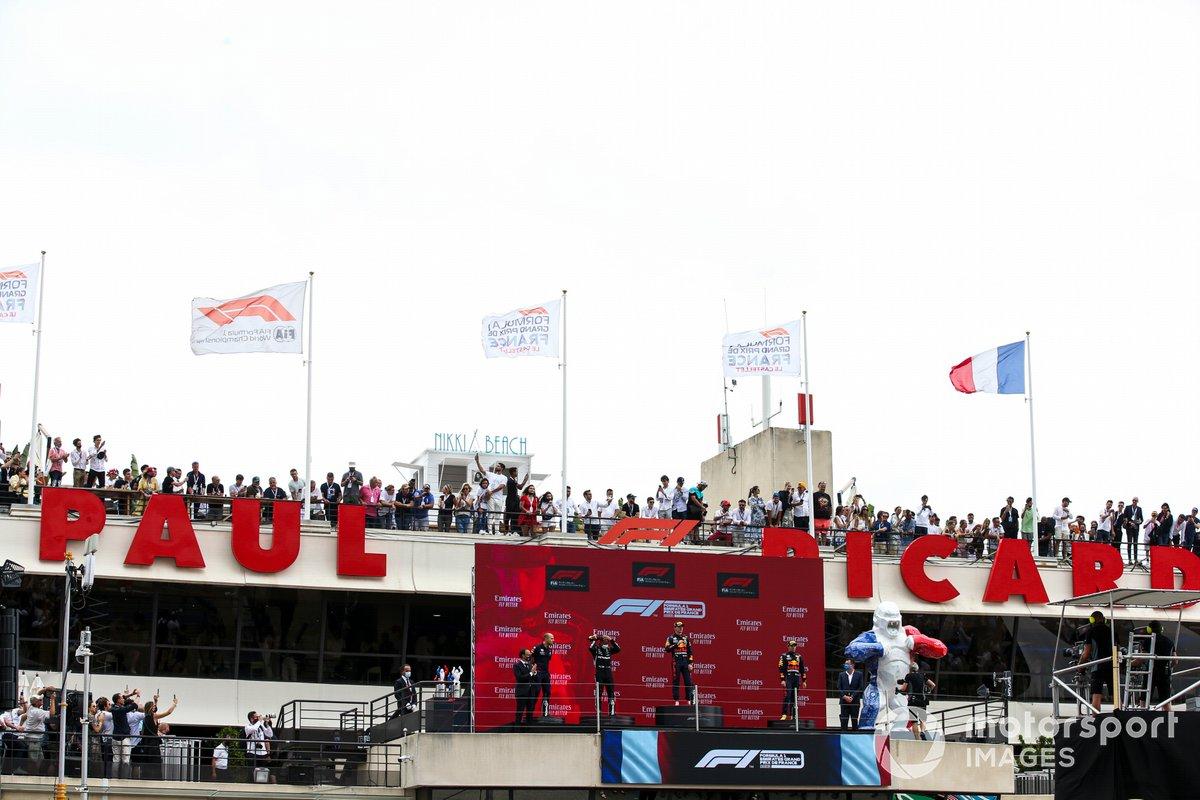 Podio: tercer lugar Sergio Pérez, Red Bull Racing, ganador de la carrera Max Verstappen, Red Bull Racing, segundo lugar Lewis Hamilton, Mercedes