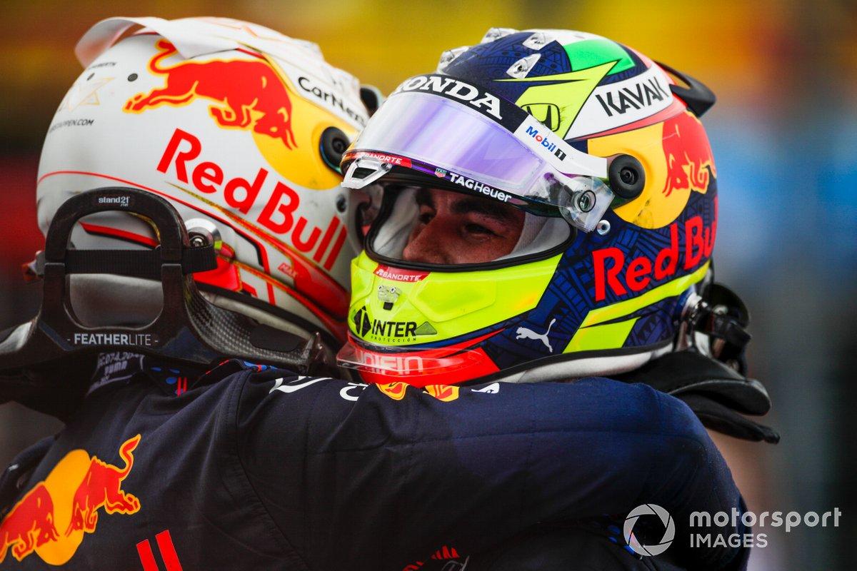 Ganador Max Verstappen, Red Bull Racing, tercer lugar Sergio Pérez, Red Bull Racing