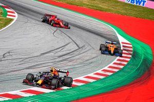 Sergio Perez, Red Bull Racing RB16B, precede Daniel Ricciardo, McLaren MCL35M, e Charles Leclerc, Ferrari SF21