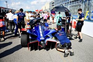 Los mecánicos trabajan en el coche de Robin Frijns, Envision Virgin Racing, Audi e-tron FE07, en la parrilla