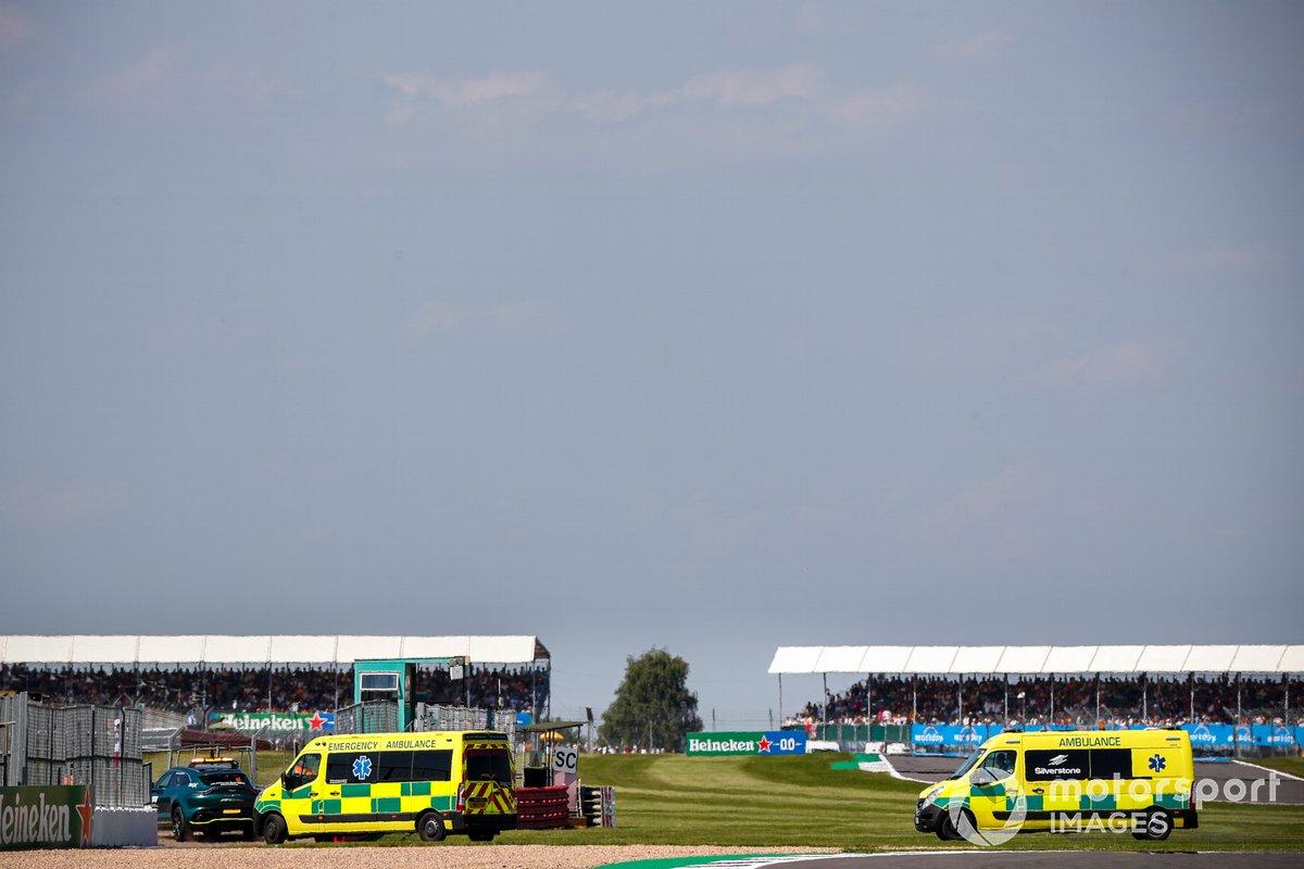 Coche médico Aston Martin DBX y ambulancias tras el choque entre Lewis Hamilton, Mercedes W12 y Max Verstappen, Red Bull Racing RB16B