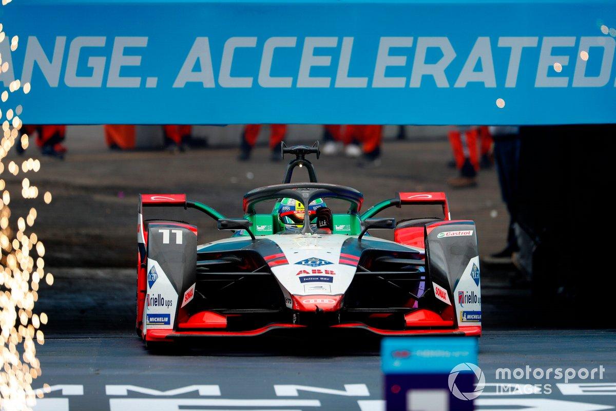 Lucas Di Grassi, Audi Sport ABT Schaeffler, Audi e-tron FE07, primo classificato, sale sul podio