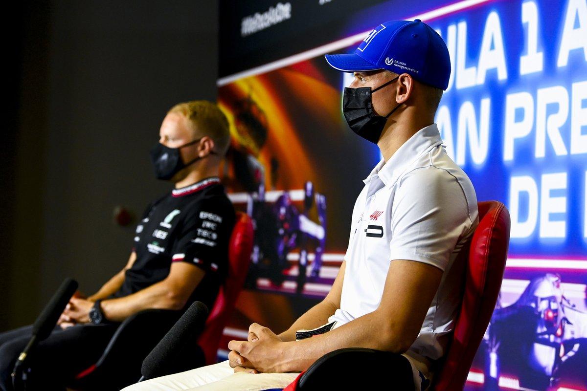 Mick Schumacher, Haas F1, Valtteri Bottas, Mercedes en la conferencia de prensa
