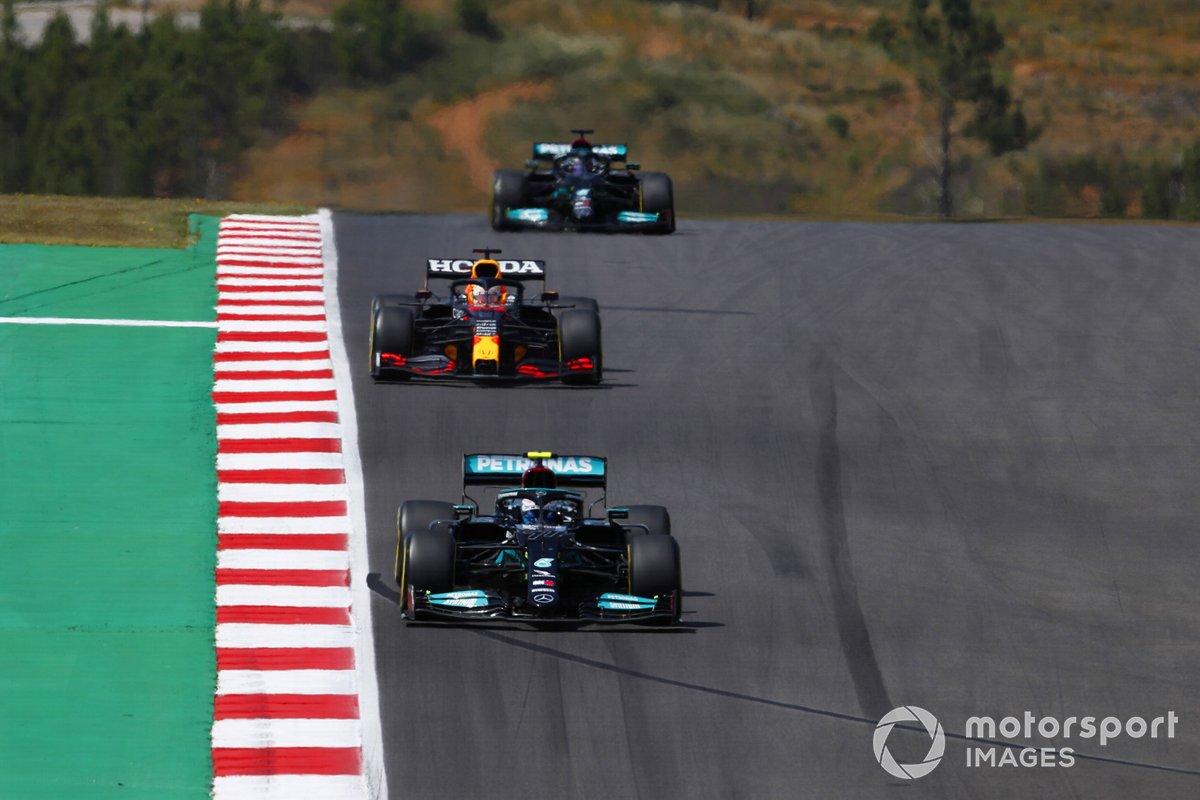Valtteri Bottas, Mercedes W12, Max Verstappen, Red Bull Racing RB16B, e Lewis Hamilton, Mercedes W12