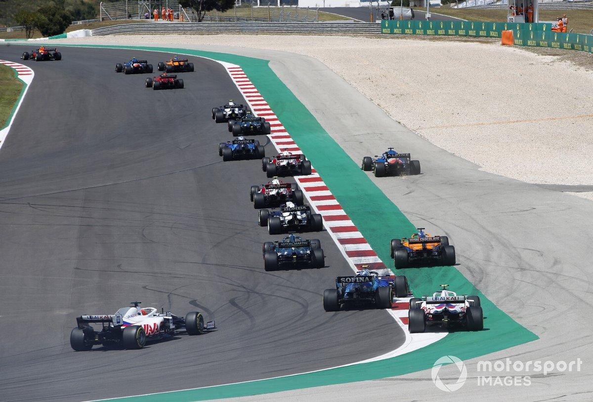 Daniel Ricciardo, McLaren MCL35M, Nicholas Latifi, Williams FW43B, Mick Schumacher, Haas VF-21, e Nikita Mazepin, Haas VF-21, segue il gruppo alla partenza