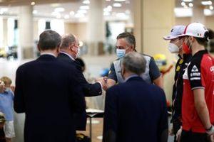 Mario Isola, Racing Manager, Pirelli Motorsport, insieme al Principe Alberto II di Monaco, Jean Todt, Presidente FIA, Esteban Ocon, Alpine e Antonio Giovinazzi, Alfa Romeo
